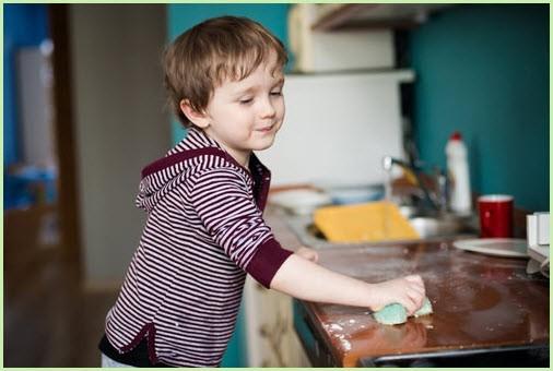 Ребёнок вытирает плиту