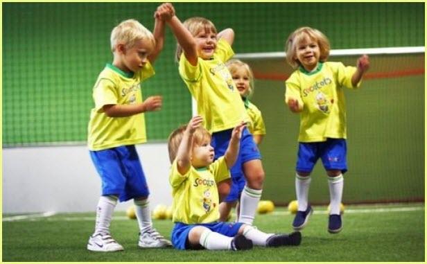 Дети празднуют победу