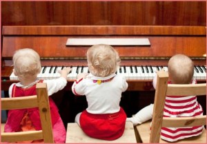 Три подружки играют на пианино