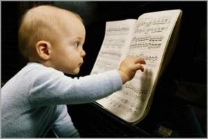 Малыш изучает ноты