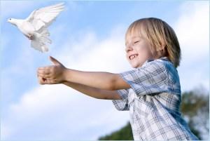 Мальчик выпускает голубя