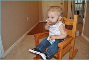 Малыш изображает папу с сигаретой