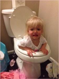 Девочка от скуки залезла в унитаз