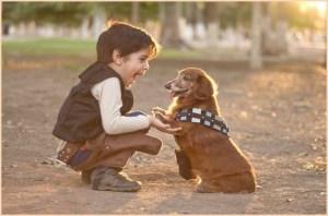Мальчуган со своей собакой