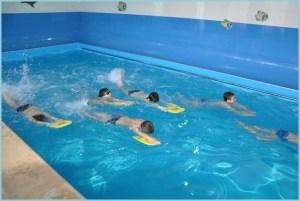 Мальчишки в бассейне