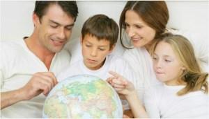 Родители и дети изучают глобус