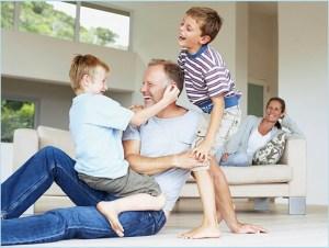 Папа играет с сыновьями, а мама в роли зрителя