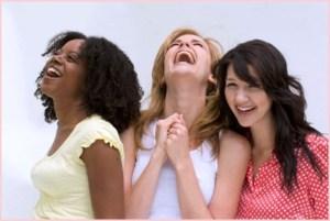 Три подруги весело смеются