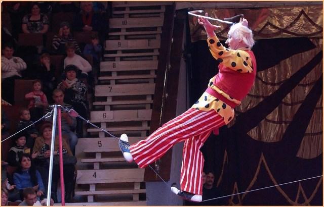 Канатоходец в цирке