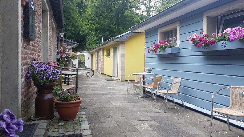 Небольшой дворик около магазинчика и кафе