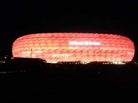 Das Stadion leuchtet bei jedem Bayern Spiel rot