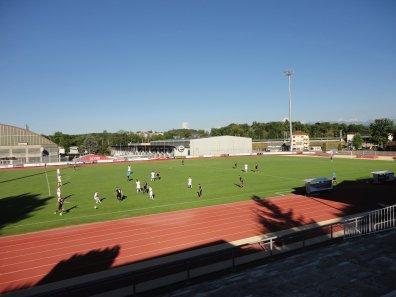 Blick von der Tribüne auf das Spielfeld
