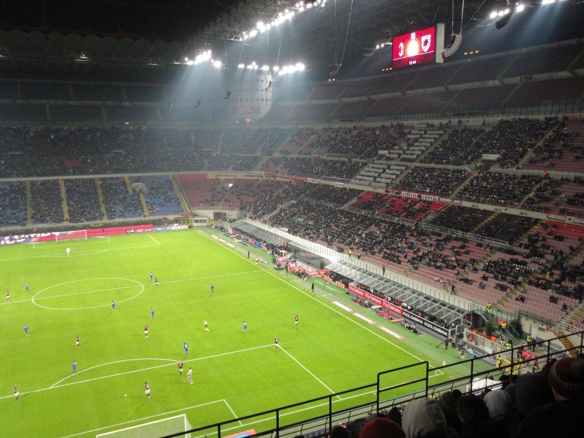Die Haupttribüne im mächtigen Stadion