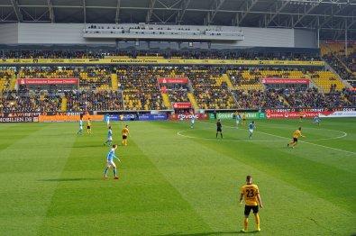 Die Haupttribüne im Stadion