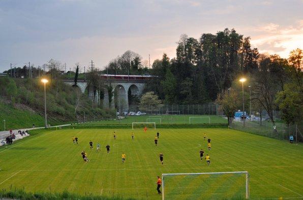 Blick auf das Spielfeld und die Brücke mit dem Zug