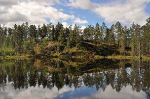 Spiegelung in einem Bergsee vor Seljord