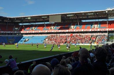 Sicht auf Spielfeld und die zahlreichen Gästeanhänger