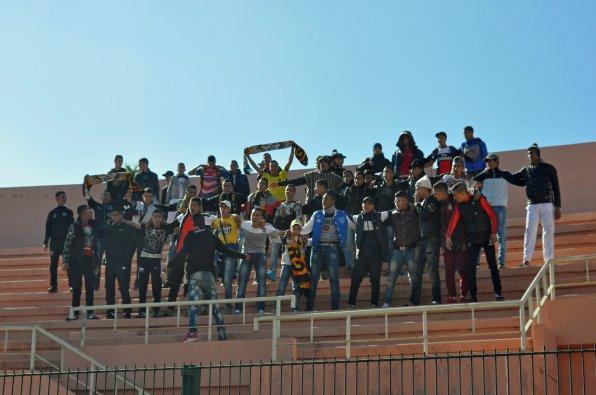Stimmungsvolle Gruppe an mitgereisten Fans aus Oulad Teima
