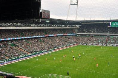 Die Gegentribüne im Stadion der Grün-Weissen