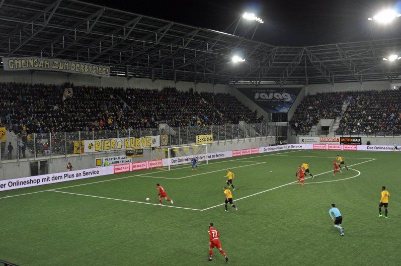 Die Heimkurve während dem ersten Spiel im neuen Stadion