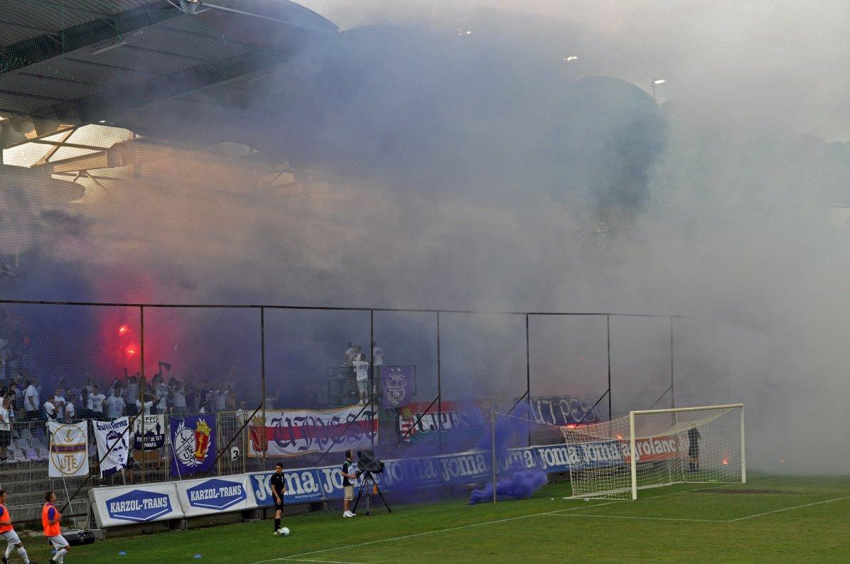 Pyroaktion der Ujpest-Fans, die zu einer Unterbrechung führte