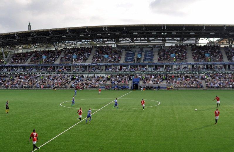 Die gut gefüllte Haupttribüne im Stadion der beiden Clubs