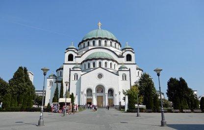 Aufnahme vor dem Dom des Heiligen Sava in der serbischen Hauptstadt