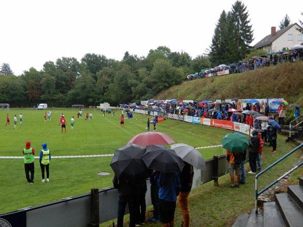 Im Mettnau-Stadion drängen sich die Leute an den Spielfeldrand