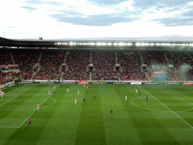 Die Gegentribüne im Stadion, welches dem in Derby ähnlich ist