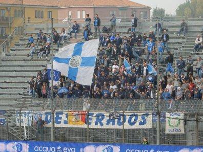 """Mitgereiste Empoli-Fans hinter der """"Desperados"""" Zaunfahne"""