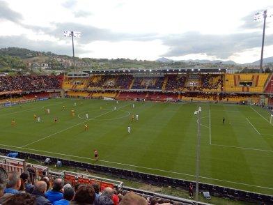 Die renovierte Haupttribüne im Stadio Ciro Vigorito