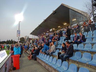 Die Haupttribüne im Holstein-Stadion weit vor dem Anpfiff