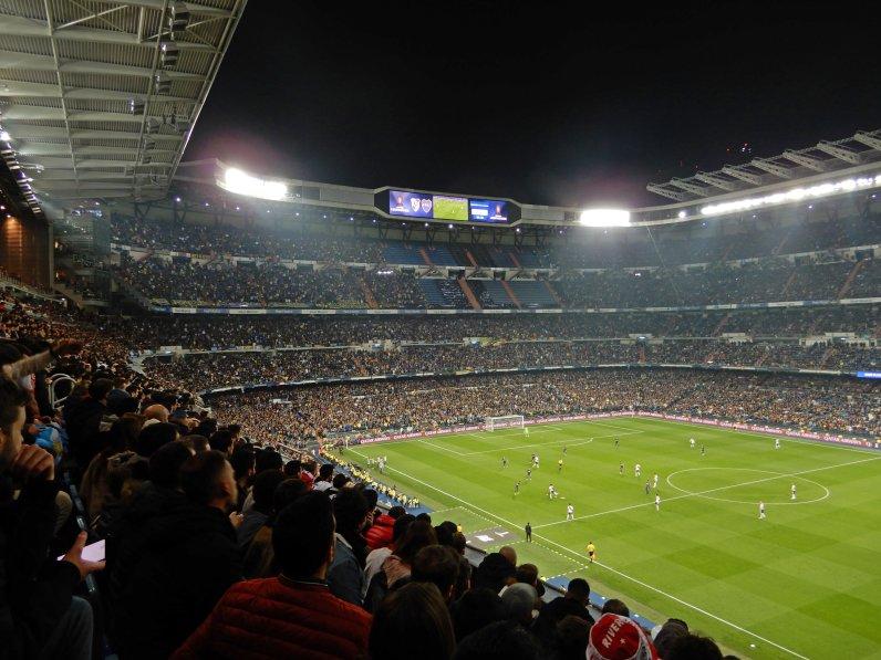 Blick von der Haupttribüne auf die Seite rund um die Boca-Fans
