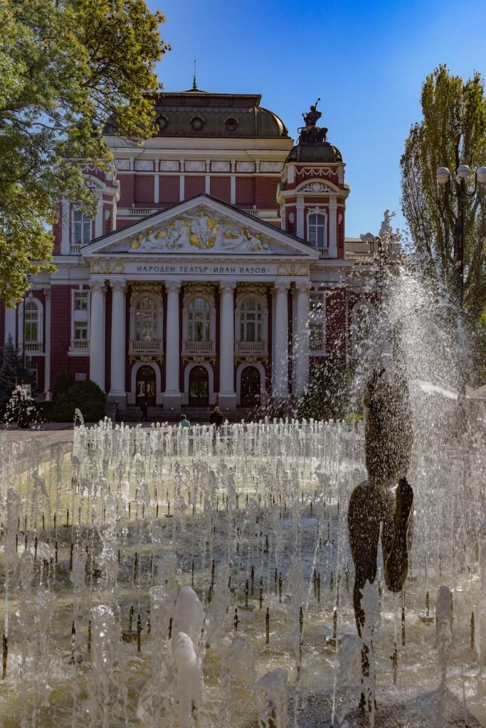 Springbrunnen und Staatstheater im Hintergrund von Sofia