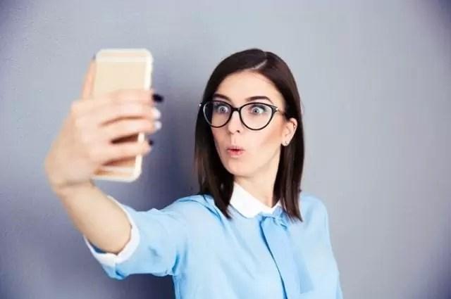 Tirar selfies de forma obsessiva é um transtorno mental real e é chamado de Selfitis 1