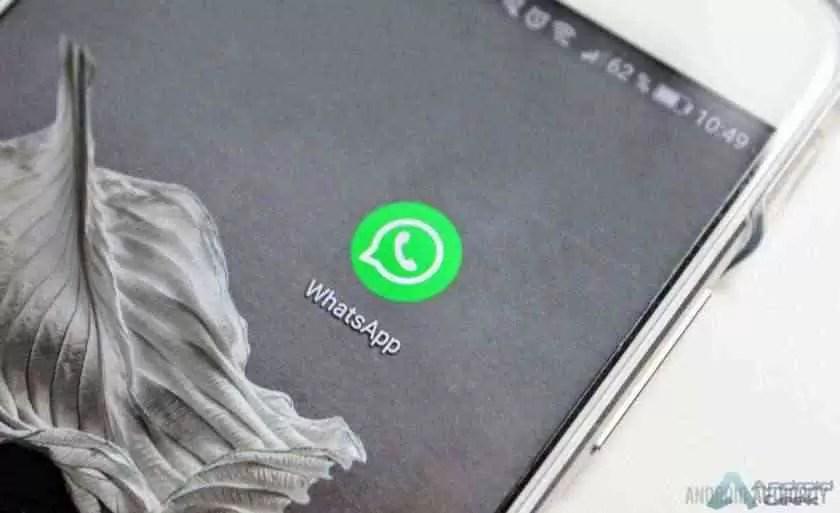 Um close do ícone da aplicação WhatsApp num smartphone.
