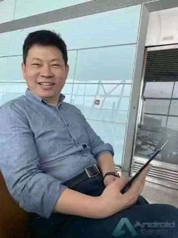 Huawei Mate X visto nas mãos do CEO da Huawei 3