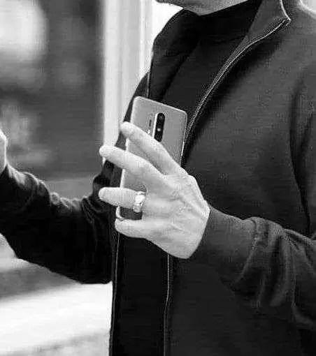 Robert Downey Jr. é visto com o novo OnePlus 8 1