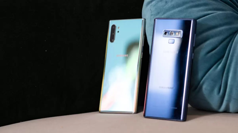 Samsung Galaxy Note 10 Plus Aura Glow vs Samsung Galaxy Note9 Azul no ângulo 3