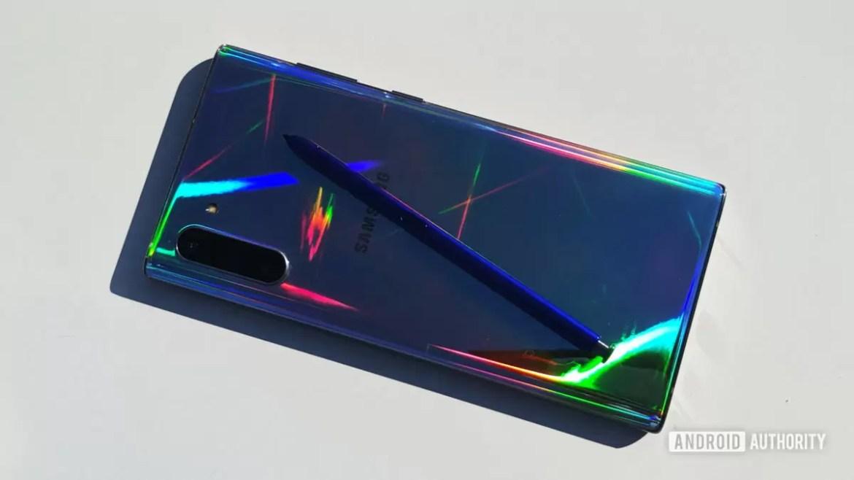 Samsung Galaxy Note 10 e S Pen na mesa com reflexos coloridos