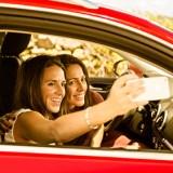 Viele Autofahrer sind während der Fahrt durch die Beschäftigung mit sozialen Netzen abgelenkt