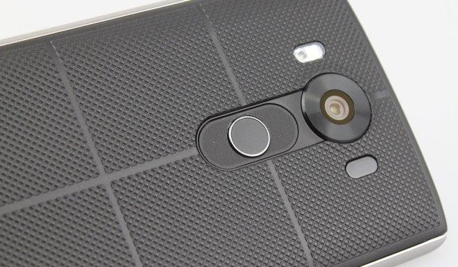 Die Wippe sieht aus wie ein Lautsprecher, birgt aber keinen Töner, sondern den Fingerprint-Scanner. Die Oberfläche zieht Staub an.