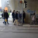 Bodenampeln warnen Smartphone-Nutzer vor Gefahren im Straßenverkehr