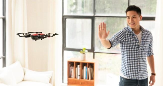 """Die Kameradrohne """"DJI Spark"""" lässt sich durch Gesten mit der Hand steuern – und kann Hindernisse automatisch umfliegen. (Foto: Hartlauer)"""