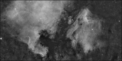 NGC 7000 plus IC 5070. Zdjęcie tworzą cztery mozaiki. Czasy ekspozycji jednej mozaiki: Ha-12x900s