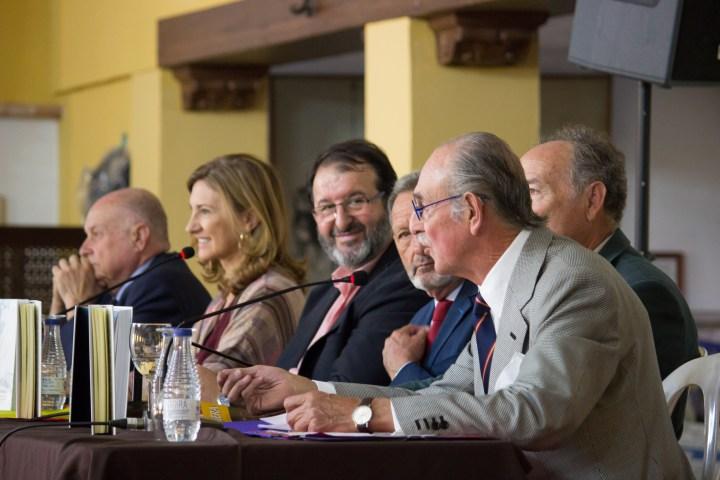 D. Felipe Morenés, en primer término, junto a D. Antonio Campos Peña, D. Juan Fco. Fernández, D. Juan M. Ávila Sánchez, Dª Alicia Martínez y d. Antonio Rodríguez de la Borbolla