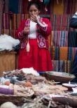 A lady explaining her traditions and how to use natural ressources for coloring textiles