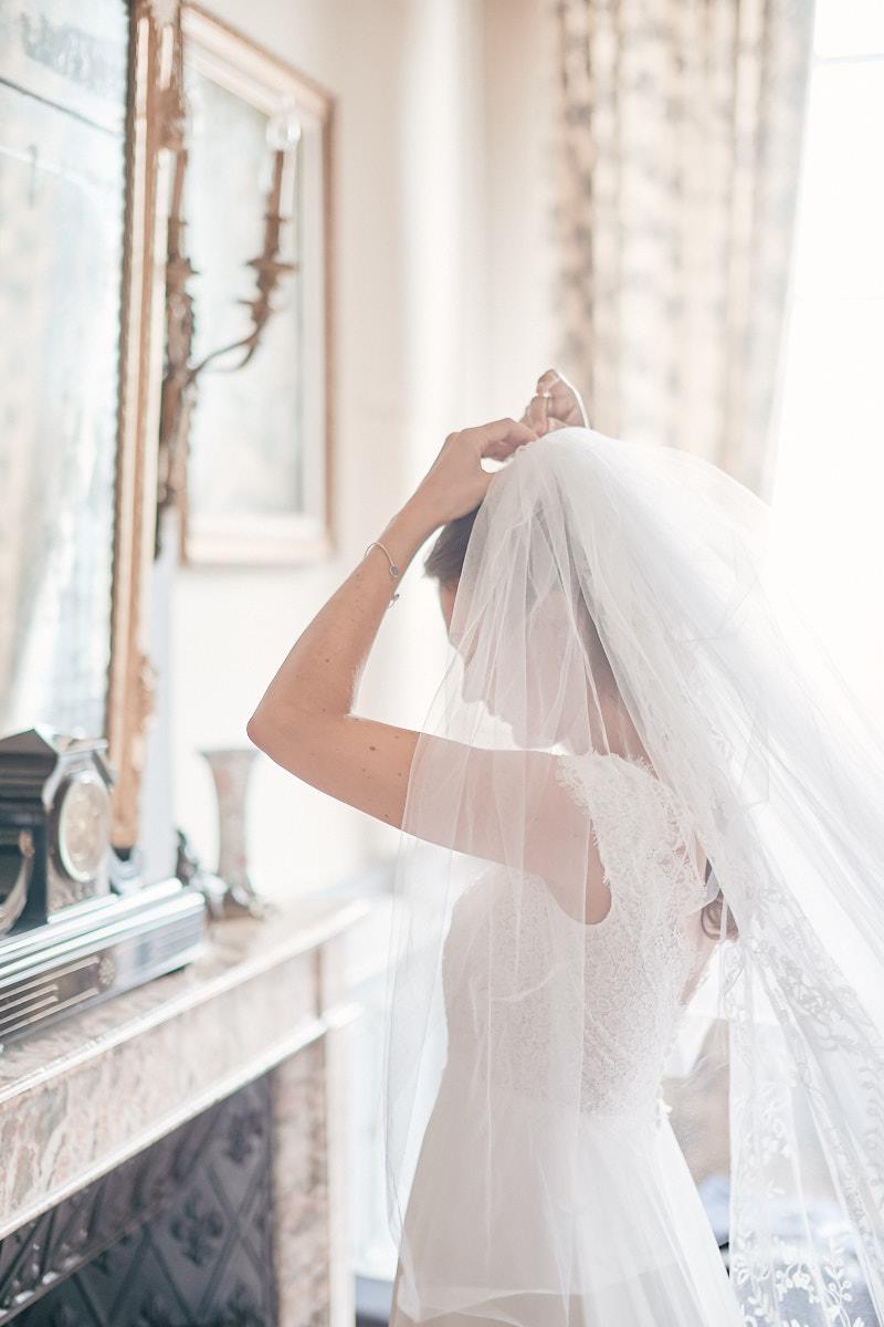 fin des préparatifs de la mariée dans une chambre du chateau de craon