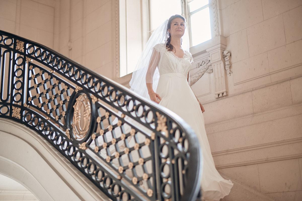 la mariée descend l'escalier du chateau de craon