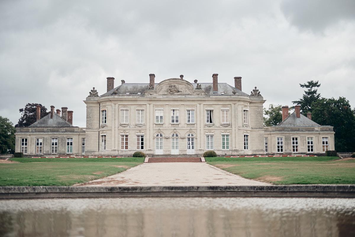 la façade sud du chateau de craon vue depuis le bassin